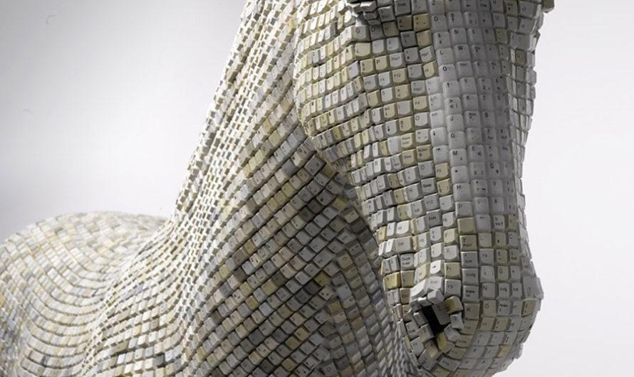 Троянский конь пользователей-гедонистов: скульптура из компьютерных клавиш Babis Cloud