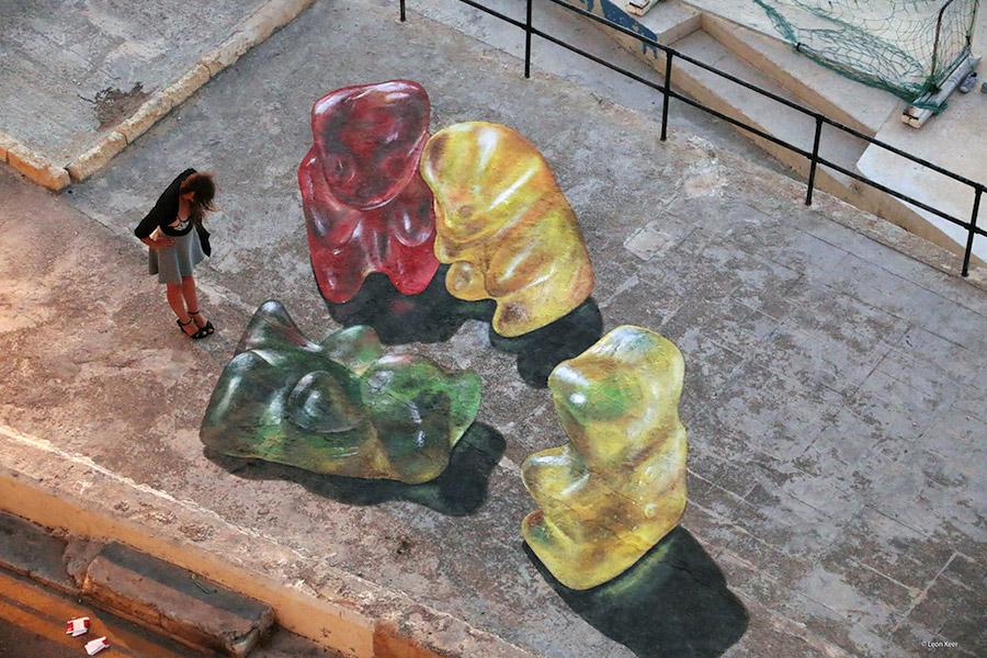 Гамми мишки Leon Keer на мальтийской набережной