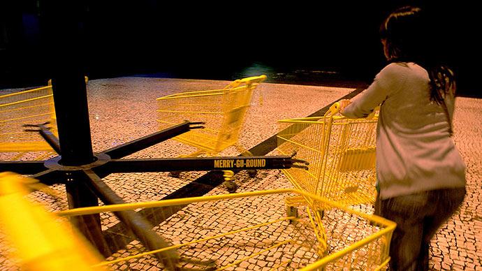 Бесконечный шоппинг: карусель из магазинных тележек Нуно Пимента