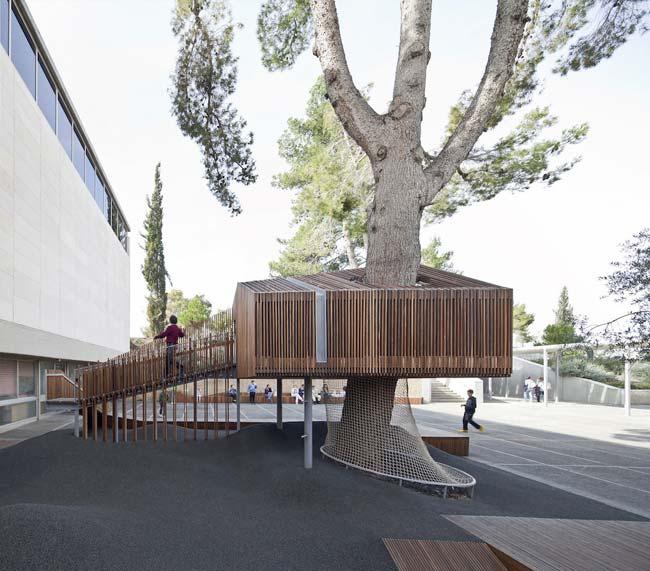 Игровая площадка во дворе Молодёжного крыла музейного комплекса в Иерусалиме