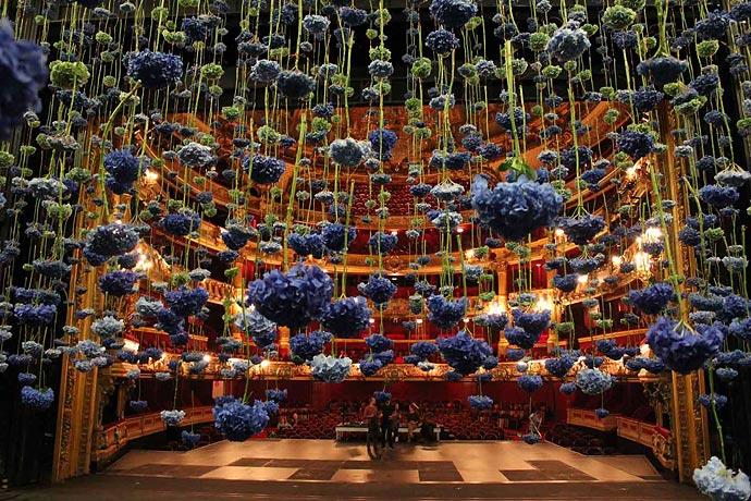 Цветочные инсталляции Rebecca Louise Law